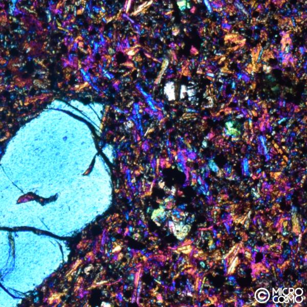 grande cristallo con pasta di microcristalli in roccia di basalto