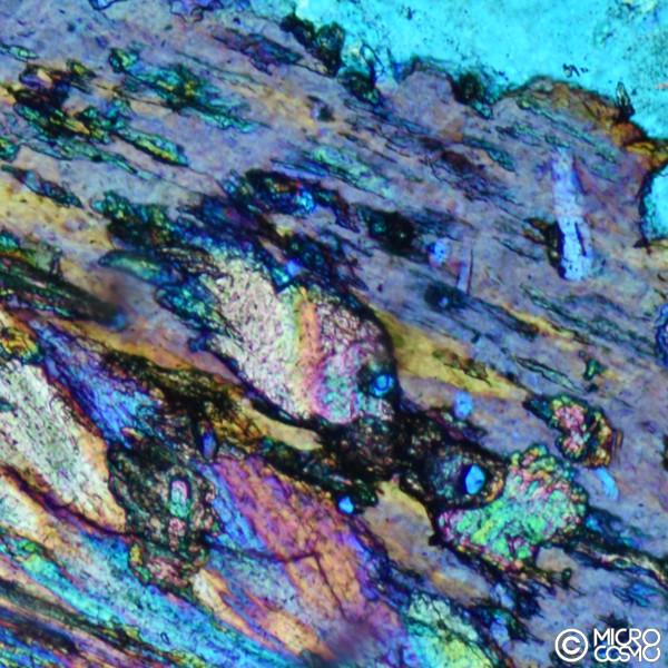 foto al microscopio polarizzatore di granito bianco