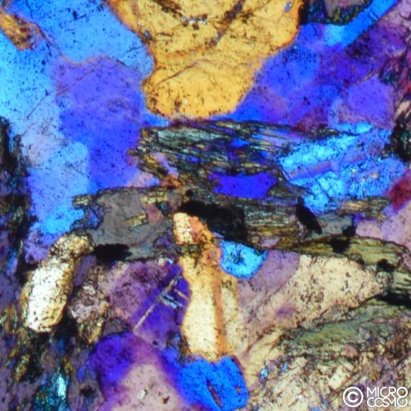 minerali di quarzo e altri ptresenti in una roccia di granodorite